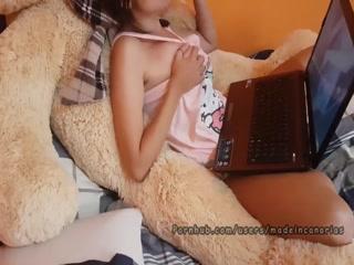 Молодая девушка трахаются с молодым человеком, получая оргазм от секса втроем на диване дома