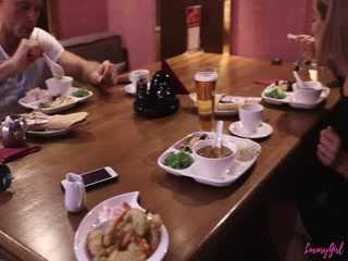 Русская девушка с большой грудью трахается со своим парнем на кухне и получает кайф