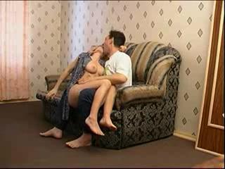 Мужик трахает жену в чулках, а потом кончает ей прямо внутрь